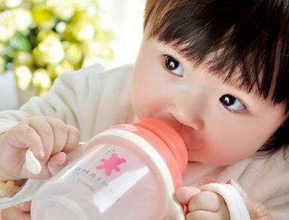 黄�B宁:宝宝尿黄就是上火吗?需要多喝水吗?
