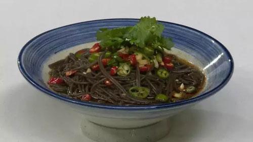 养生多吃这些酸味食物,今日菜谱:酸辣蕨根粉的做法