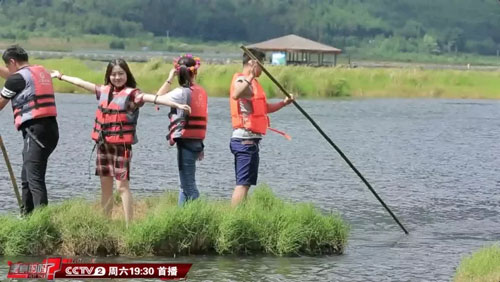 是真的吗20171111视频,用草也可以做船载人划行?