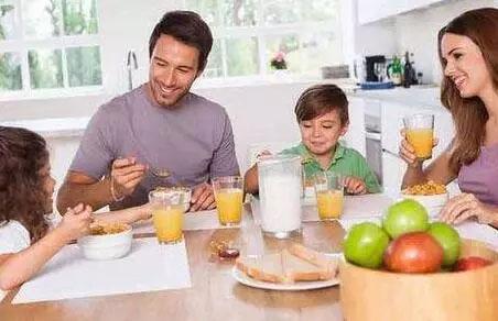 宝宝从小和爸妈在一个饭桌上吃饭的4大好处!