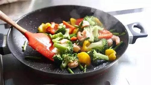 炒菜的油温多少度最好,炒菜时油热到什么程度,炒菜热锅凉油
