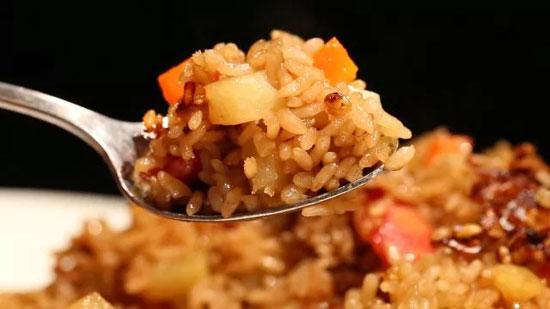 何亮:三彩�h饭的做法,只需10分钟做出香喷喷的炒饭
