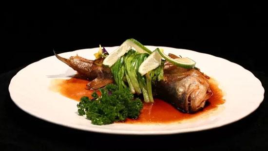 暖暖大厨:刘鹏,香葱㸆鲈鱼的做法视频